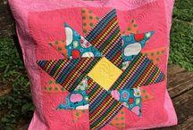 Capas de Almofadas de Patchwork Fashion Craft Ateliê / As capas de almofada de patchwork têm um toque especial por serem bem coloridas e alegres. Com isso, trazem mais vida, cor e criatividade para o ambiente. São peças chaves para quem quer mudar a cara de um ambiente sem gastar muito.