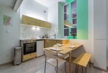 studio mezzanine / Du peps vert acidulé pour ce petit studio de 20 m2 rénové à petit prix avec de l'OSB par Lalaklak dans les pentes de la Croix-Rousse à Lyon. www.lalaklak.com. Photos © Thomas Marquez