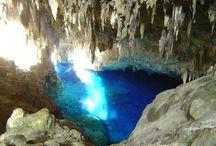 Gruta do Lago Azul   Bonito MS / A Gruta do Lago Azul está localizada em Bonito, no Mato Grosso do Sul e foi descoberta em 1924 por um índio Terena. Ela possui no seu interior um lago azul com uma dimensão que torna ainda mais azuladas as suas cavidades e forma uma imagem simplesmente impressionante, belíssima. Existem no interior da Gruta ainda fósseis de animais que a usavam de abrigo cerca de 6 a 10 mil anos atrás.