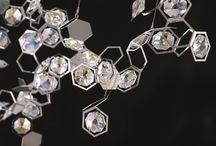 """Zirconia (Swarovski Elements) / La zirconia es una piedra familia de los minerales del sub grupo de los silicatos de isla. Es llamado """"el hermano pequeño del diamante"""", porque es muy similar a su fuerte brillo iridiscente. Más información: https://tendenciasjoyeria.com/magia-circonia-swarovski-elements/"""