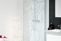 Duschar / I våra duschar njuter du inte bara av det varma, välgörandet vattnet. Designen är en njutning för ögat, med allt ifrån raka linjer och klara ytor till mjuka bågar och vackert mönstrade glasdörrar. Om du söker extra välbefinnande rekommenderar vi en massagekabin, en lite lyxigare duschkabin.