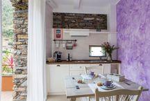 Suite Provenzale / Nello stile delle piccole case della Provenza con il legno bianco che domina e le sfumature lavanda si offre agli ospiti con il suo terrazzino privato per un intimo aperitivo.