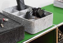 Look inside the box. USM Inos Box. / USM INOS BOX. Das Innenorganisationssystem Inos wird mit einer neuen Produktefamilie aus Boxen und Tabletts ergänzt. Formal setzen die Boxen, bestehend aus Polyestervlies, einen Kontrast zum kühlen Metall, beziehen sich jedoch auf das vorgegebene Systemraster und sind daher so modular wie das Möbel selbst. Das Innenleben der Boxen kann mithilfe von Unterteilungen – pulverbeschichtete und ineinander einsteckbare Bleche – modular kleinteiliger gestaltet werden.