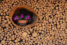 Legno / Materiale naturale per eccellenza, il legno si distingue per le sue proprietà di isolamento termico e acustico, per la resistenza meccanica e per la varietà di colori ed essenze; caratteristiche che lo rendono ideale per garantire qualità e durata di un serramento..