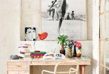 Decoracao / Escrivaninha reformada com quadro encostado na parede