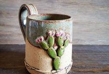 Taza con piedras pintadas y pegadas formando un cactus