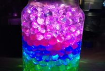Great light DIY's / Orbeez Jar Light Just grow your orbees in water. After they're done, fill an old jar with them in a rainbow theme. Put battery operated fairy lights in between them switch it on and VOILÀ