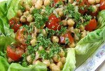 Healthy Summer Salad Recipes / Healthy summer salad recipes to make using mixed greens, berries, nuts, homemade salad dressing #healthysaladrecipes #strawberrysaladrecipes #fieldgreens #foraging
