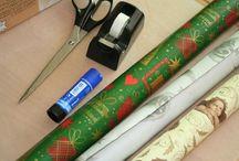 Weihnachten im Schuhkarton / xmas / Größte Geschenk-Aktion für Kinder in Not. Die neuen Geschenke werden in einem mit Weihnachtspapier beklebten Schuhkarton verpackt und bis zum 15. November in den vorgesehenen Sammelstellen abgegeben.