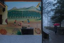 Azzinano, i muri raccontano … / Entri nella piccola Azzinano e vivi una favola … La nebbia e la pioggia, del giorno in cui ho scattato le immagini, hanno reso ancora più affascinante questo splendido borgo di Azzinano di Tossicia, ai piedi del Gran Sasso, dove le case del paese sono tappezzate di vivaci murales ispirati agli antichi giochi dei bambini: un vero museo all'aperto per custodire la memoria delle tradizioni.