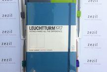 Milyen Pen loop-ot válasszak? / Külsőleg is egyedivé tudod tenni a Leuchtturm1917 ponthálós füzetedet egy jól megválasztott pen looppal (tolltartó gumival). Összepárosítottam neked pár füzetet különböző színű pen looppal, így bátrabban tudod majd kombinálni a színeket.