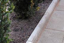 Hagekantstein / Kantstein Hage passer godt i hager.  Kantsteinene graves ned mellom belegningen og gressplen eller bed.  De festes helst i våt betong.