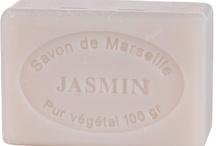 mydła marsylskie / Olejem bazowym mydła jest olej palmowy - używany do produkcji mydła dzięki swym właściwościom nawilżającym. Regeneruje i łagodzi podrażnienia. Idealny jest do skóry suchej, dojrzałej oraz popękanej.