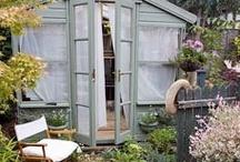 casas de jardin / casitas de madera en colores pastel, todas las posibles combinaciones interesantes, con puertas y ventanas casi siempre en blanco!!