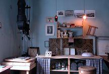 Fotografiatelieren / Valokuvaamo / The photographer's studio / Fotoatelieren visar en småstadsfotografs arbetsmiljö i slutet av 1940-talet. Valokuvaamossa voi tutustua pikkukaupungin valokuvaajan työtilaan ja välineisisn 1940-luvun lopulla. An exhibition portraying a small town photographer's studio, darkroom and photo shop, as it was around 1950.