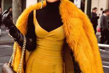 Mikah Gianelli / Мика Джианелли австралийский модный блогер: драма, натуральная драма.  Черная кожа, лак,  обтягивающие силуэты, гладкие шелковые фактуры, черный и белые образы, атмосфера роскоши, шика, лоска. Всегда крупные украшения, крупные серьги,  колье королевские,  ремни, металлический дорогой блеск, обувь часто металлической фактуры,  Женщина миллиардера.  Шикарная, царственная, королева.  Этнические мотивы: клеопатра, древнегреческая богиня. Много металла, прежде всего золота, иногда серебро. в Простые образы с джинсой добавляет металл,  адаптируя эту простоту под себя. В натуральным стиле органична (индеец), но простовата, не раскрывается полностью.