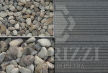 Lamec Italia srl - nuova sede / Odorizzi Soluzioni in pietra ha fornito e posato i suoi prodotti per la realizzazione delle corti e dei percorsi esterni nell'intervento di riqualificazione. Con piastre in Porfido Grigio Perla a superficie fiammata e rigata in abbinamento con pedate e alzate sempre in Grigio Perla fiammato, cubetti 10x10x5/8 in Porfiris grigio su Splitflex e sigilatti con Flexyfuga, sono state ottenute pavimentazioni tecnicamente drenanti e esteticamente estremamente moderne.