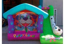 Gran Castillo Hinchable happy hop Puppyland 12 m2 / Con un característico aspecto y 12 m2 de superficie este inflable cuenta con una amplia zona de juego, pasadizo secreto, canasta, pared de escalada con peldaños y un súper tobogán tamaño XXL.