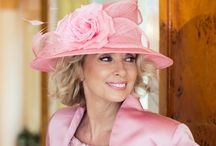 HAT-I-QUETTE / Hat etiquette.  Ask the experts At The Simply Devine Hat Shop in Tadcaster.  Liz Devine-Wright and her hat team send hats, Fascinators and hatinators worldwide.  Weddings, bar mitzvahs, the Queen's garden party, and international ladies days from Dubai to Ascot, Derby Day, and every racecourse in between.