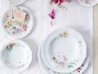 Rosenthal Maria Róża - Pink Rose / Róże ogrodowe w towarzystwie świeżych stokrotek to najnowsza dekoracja porcelany Biała Maria formy Rosenthal. Wzór został zaprojektowany przez Regula Stüdli