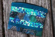 La trousse Esacapade / Idéale pour ranger et transporter stylos, produits de beauté et ustensiles de couture, la trousse Escapade se glissera tout naturellement dans votre sac à main. Comme la jupe Millefeuille, elle est constituée de bandes des tissus stars de la collection