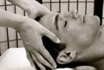 Ινδικό Μασάζ Σώματος-Κεφαλής / Το ινδικό παραδοσιακό μασάζ κεφαλής-σώματος είναι ακριβώς ό,τι χρειάζεστε μετά από ένα μακρύ ταξίδι ή μια μεγάλη νύχτα έξω! Με βάση τις σουηδικές και ινδικές κινήσεις μασάζ,ο θεραπευτής θα επιτύχει την χαλάρωση από την πίεση και τις τοξίνες που έχουν συσσωρευτεί στους ιστούς και τους μύες του σώματος  σας.