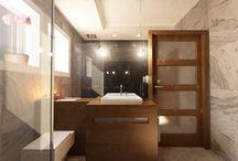 LIFTING WNĘTRZA DOMU W ŁOMIANKACH. / Dzięki zastosowaniu kontrastowych barw pomieszczenie zyskało wyrazisty charakter.