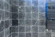 """Fam. van Troost - Efesus Marmer Zwart / e Fam. Troost was op zoek naar schitterende tegels voor de badkamer. Zowel voor de vloer als tegen de wand. Wij hebben de Fam. Troost allerlei verschillende vloeren en wandtegels laten zien en uiteindelijk is de keuze gevallen op de Efesus Marmer Zwart """"Soft Finish"""" voor tegen de wand en de Terrazzo Stone Wit """"Gezoet"""" voor op de vloer."""
