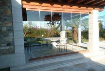 Splendido portico a fianco piscina, Vetrate Effetto legno / Realizzato in collaborazione con la ditta Carpenvetro Di Dolfini Antonio. Foto durante le fasi di installazione. Parti sagomate laterali ancora da installare.