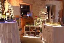 Weihnachtsmarkt Kühnlenzpassage Kronach 2016 / Arômes de Provence bringt das etwas andere Weihnachtsgeschenk. Aus der Provence. Teils nur bei uns erhältlich.   Raumdüfte von Les Bains de Manon * Pflegende und entspannende Badezusätze wie Duschöl Wildrose + Aprikose, Duschgel Verveine + Aloe Vera * Biozertifizierte Naturkosmetik von Altearah :: Naturparfüm, Körperöl, Körperpeeling und Badesalze *  Feinkost aus der Provence :: Olivenöl * Olivenöle mit Trüffel, Zitrone, Basilikum, Bergamotte, Chili * Mandelcreme * Aromen  * leckere Tafeloliven