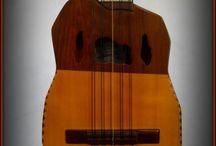 Charango / Instruments / Le charango. Le charango est un instrument de musique à cordes pincées inspiré de la guitare et originaire de Bolivie, de la ville de Potosí, au XVIIe siècle. Suite à l'arrivée des Espagnols en Amérique, les indigènes s'inspirèrent de la guitarrilla ou du timple pour créer ce petit instrument qui s'est répandu dans tous les pays andins : Argentine, Chili, Pérou, Bolivie, Équateur.