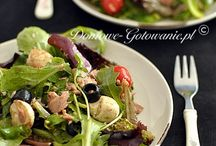 Sałatki / Sałatka to potrawa sporządzana głównie ze świeżych warzyw i dodatkiem innych składników. Sałatki mogą być również sporządzone z warzyw uprzednio ugotowanych. Większość sałatek jest serwowana na zimno.  Sałatki można komponować indywidualnie według własnych preferencji smakowych, wybranej diety, czy zaleceń zdrowotnych i alergicznych. Do wybranej kompozycji warzyw i owoców można dodać dowolne przetwory zbożowe, mięsne, z nabiału, orzechy, pestki oraz sosy i dresingi.