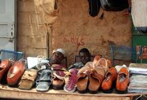 Africa nera black Africa - Mali / viaggio nel Mali, da Bamako a Bandiagara per giungere fino a Timbuctù, lungo il fiume Niger e attraverso le rosse strade argillose in scenari da favola. Storie di bambini e bambine, donne e uomini che abbiamo incontrato nei villaggi dei Pays Dogon, dove l'associazione Ali 2000 porta il suo aiuto con la costruzione di pozzi e non solo...