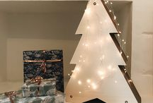 """Sapin de Noël Homycat / Vous avez surement en mémoire une vidéo ou une photo d'un chat dans le sapin de Noël faisant un carnage dans la décoration ? Et si cette année, vous lui offriez un sapin ? En plus d'être un sapin, c'est aussi une griffoir ! Unique, il est rechargeable et design, cet """"arbre"""" à chat disponible en édition limitée sublimera votre décoration pour les fêtes de fin d'année. Votre chat pourra s'amuser sans soucis avec ce sapin déco !"""