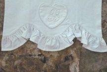 Cantonnière Coton Linge Ancien / Cantonnière en Coton Ancien Style Brocante, Confectionnée sur-Mesure dans nos Ateliers en France. Réalisée à vos Mesures pour habiller vos fenêtres.