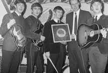 "George Martin рядом с ""The Beatles"" / саунд-продюсер легендарной группы"