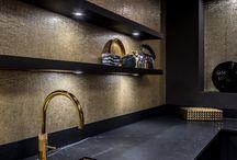 Zwarte keukens ♡ by Keukenstudio Maassluis / De mooiste zwarte en donkere keukens vind je op het bord 'zwarte keukens'. Ook keukenaccessoires en apparatuur komen voorbij! Blijf op de hoogte en volg dit bord.