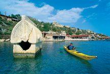 Kaş / Likya'nın en değerli kentlerinden, Antalya'nın en batısında bulunan, muhteşem coğrafyasıyla misafirlerini etkisi altına alan bir doğa harikası: Kaş. Parlayan güneşin altında sıcacık kumlarda uzanmaya ve engin denizin dalga sesleri eşliğinde bir tatil geçirmek istiyorsanız, adresiniz şimdiden belli, keyfini çıkarın!