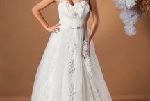 Suknia ślubna Kristina / Piękna i zmysłowa suknia ślubna typu księżniczka. Delikatnie rozkloszowana. Subtelne akcenty koronki nadają szyku i elegancji.