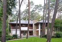 domy na skraju lasu