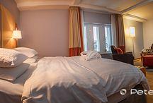 Das Hilton Cologne in Köln / Hotel-Test: Das 5-Sterne Hotel Hilton Cologne in Köln Bei meiner Ankunft in der Lobby des Nobel-Hotels Hilton Cologne tauche ich in ein internationales Sprachgewirr von Teilnehmern einer Computerprogramm-Entwicklerkonferenz, die gerade in einem der 12 Tagungsräume des 5-Sterne-Hauses in Köln stattfindet. Die Gäste sind aus den USA, Asien und Europa angereist. Von einigen wenigen klassischen Koffern abgesehen,