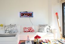Designerskie mieszkanie młodej projektantki / Designerskie mieszkanie znajduje się w Nowym Yorku, należy do młodej projektantki. Jasna baza kolorystyczna (białe ściany, beżowa podłoga) połączona z kolorowymi designerskimi dodatkami więcej http://www.szczyptadesignu.pl/2016/03/blog-post.html