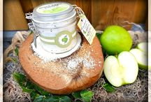 Green Apple Coconut Sugar Body Scrub / The Coconut Orange Sugar Body Scrub will deeply cleanse your skin, making it soft and healthy glow. Dry coconut, zest and organic fine sugar ensure the peeling and cleaning effect, while the coconut oil and macadamia oil nourish and soften the skin. The refreshing Coconut Orange aroma will fill your bathroom with summery atmosphere.  Ingredients: organic sugar, carrier oils (coconut oil, macadamia oil en almond oil), Shea butter, essentiel oil, fragrance oil, viamine E, zest, dry coconut