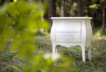 CUSTOM MOBILI / Questo piccolo comodino a due cassetti si adatta a molti ambienti grazie al suo stile moderno. L'effetto rilievo del decoro è dato da una laserazione in pre laccatura e un sucessivo effetto anticato.