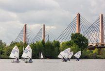 Przystań UKS Żeglarz Wrocław / UKS Żeglarz, jest miejscem, gdzie dzieci mogą nauczyć się zdrowego podejścia do rywalizacji. To właśnie tutaj pod czujnym okiem trenerów, młodzi adepci żeglarstwa regatowego doskonalą swoje umiejętności z niemałymi sukcesami.