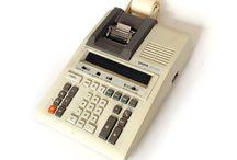 A las Teclas · Vintage / Sumadoras, calculadoras y máquinas de escribir vintage, pertenecientes a nuestra Farmacia.