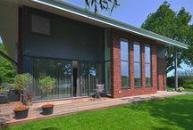 staalframewoning / Een unieke woning in de Alblasserwaard, de woning is opgebouwd met een staalframe en afgewerkt met steenstrips en metalen wandafwerkingen, voorzien van triple glas en super goed geisoleerd.