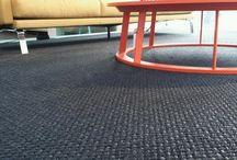 Zwart & Wit / Een zwart of wit tapijt in uw kamer, of toch liever een natuurlijke gladde vloer in uw interieur? Laat u inspireren met de zwarte en witte mogelijkheden op vloer.