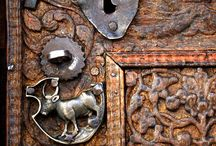5.100 doors, windows, knobs & knockers, mailboxes / interesting doors, unusual windows, intriguing door knobs and knockers as well as surprising mailboxes / by LetVent.Com