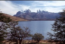 """Chile / Chile - das Land mit einer völlig verrückten Geografie erstreckt sich über eine Länge von 4300 km und das bei einer Breite von durchschnittlich nur 190 km. Zu seiner Entstehung gibt es eine kleine Legende: """"Als der Schöpfer die in sieben Tagen geschaffene Welt begutachtete, entdeckte er überall noch ein paar Reste: Vulkane, Eis, Flussschlingen, Berge, Wüstenstücke und Urwaldfetzen. Auf sein Geheiß hin schütteten die Engel all diese Reste hinter den Anden zusammen."""